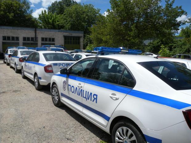 Полицията е разбила канал за фалшиви книжки в Лом, след