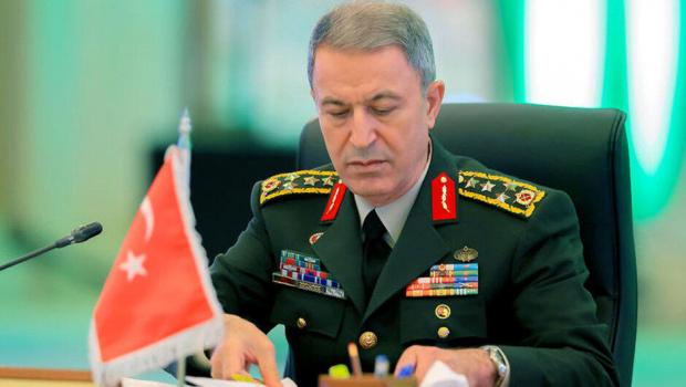 Голям скандал забърка турският министър на отбраната Хюлуси Акар. Един