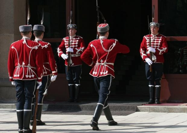 Конкурс за наемането на 50 гвардейци и девет младши шофьори