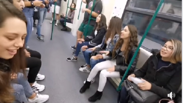 Група момичета внесоха настроение в столичното метро…с народна песен. Видео,
