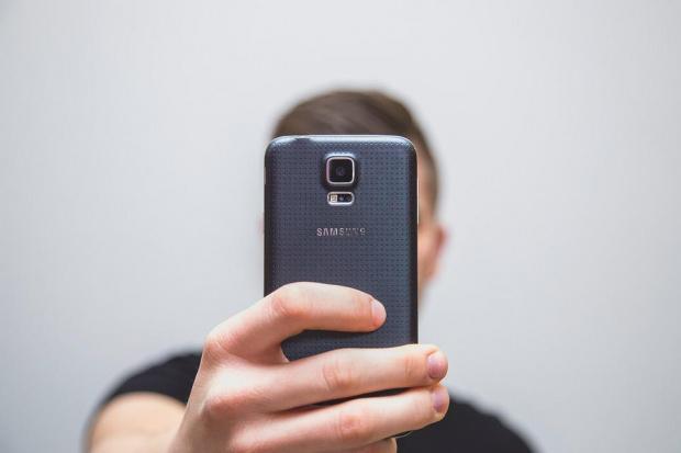 """""""Самсунг"""" признаха: Технически проблем отключва телефона ви с чужд пръстов отпечатък"""