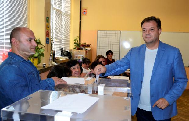 Снимка: Без балотаж във Велико Търново, Панов бе преизбран
