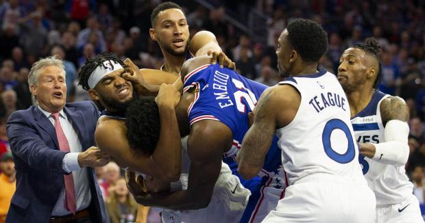 ВИДЕО НБА екшън: Гиганти от лигата на извънземните се млатят свирепо по време на мач
