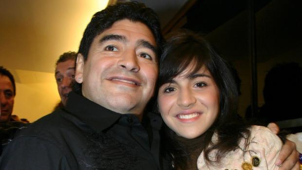 Дъщерята на Марадона шокира света: Молете се за него, той умира!