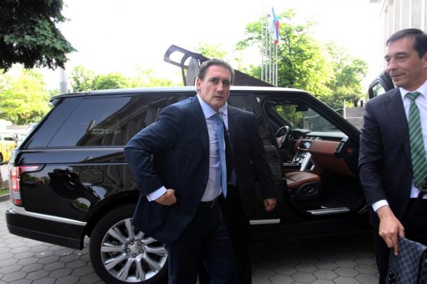 Един от най-богатите бизнесмени у нас Кирил Домусчиев трябва да