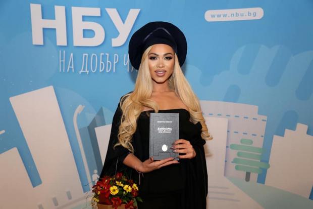 Сексапилната плеймейтка Нора Недкова затвори устите на своите душмани, които