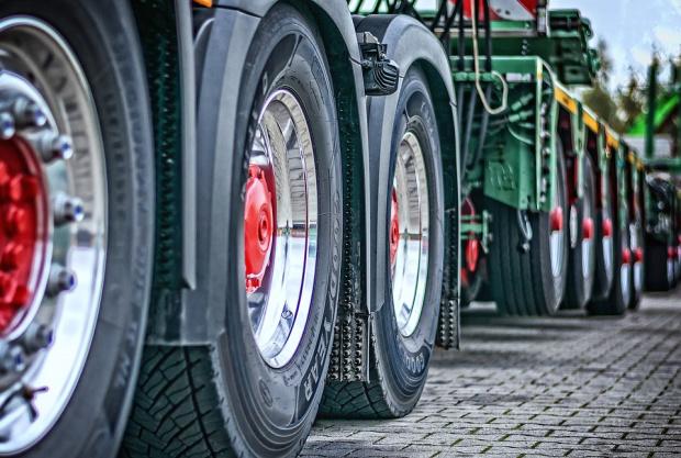 Камион с фураж се преобърна и отнесе спирка в търновско село