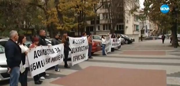 Мълчалив протест пред Съдебната палата в Пловдив. Десетки се събраха,