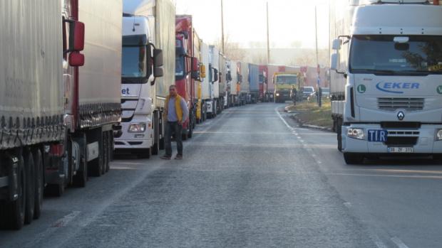Огромни колони от тежкотоварни камиони чакат с часове на граничния