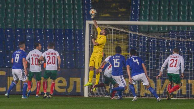 България продължава да разочарова футболните фенове. Дебютът на Георги Дерменджиев