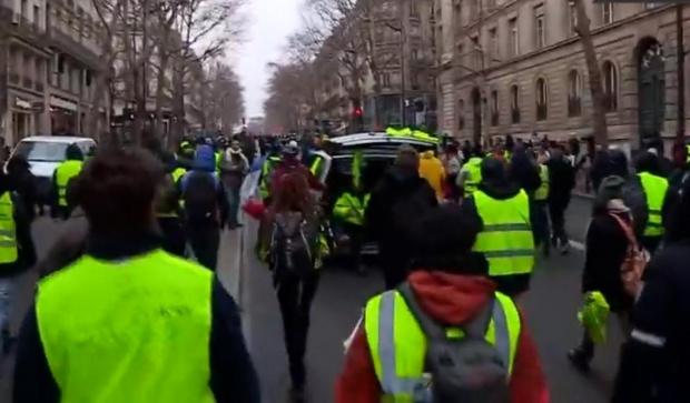 """Снимка: Париж под пара заради годишнината на """"жълтите жилетки"""""""