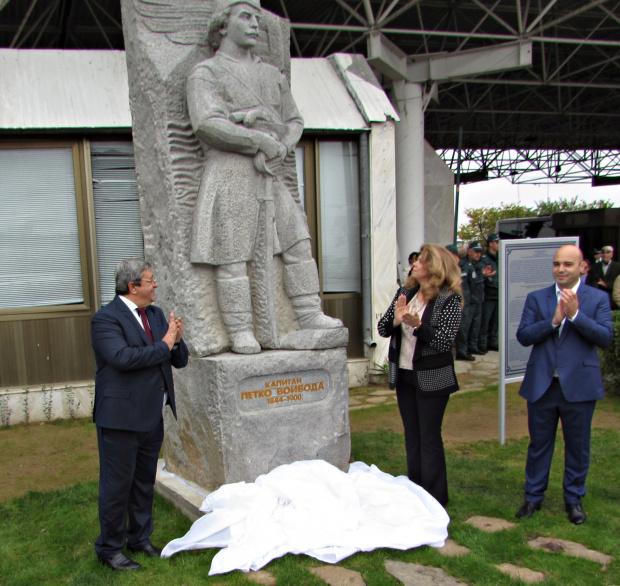 Снимка: Вицепрезидентът откри паметник на Капитан Петко войвода на българо-гръцката граница