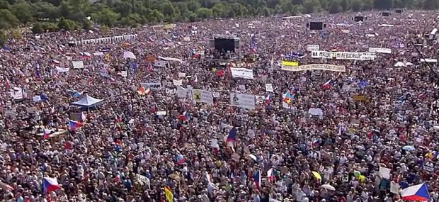Над 200 000 чехи се събраха в Прага, за да