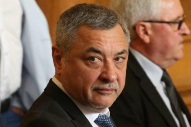Валери Симеонов не смята да се оттегля от поста заместник-председател