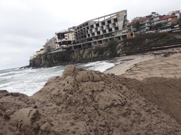 Почти премахната е вече пясъчната дига на Централния плаж в