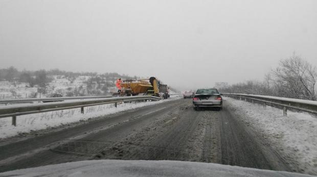 Снегът скова пътищата из страната, няколко прохода спират камионите! Снегорините са в акция