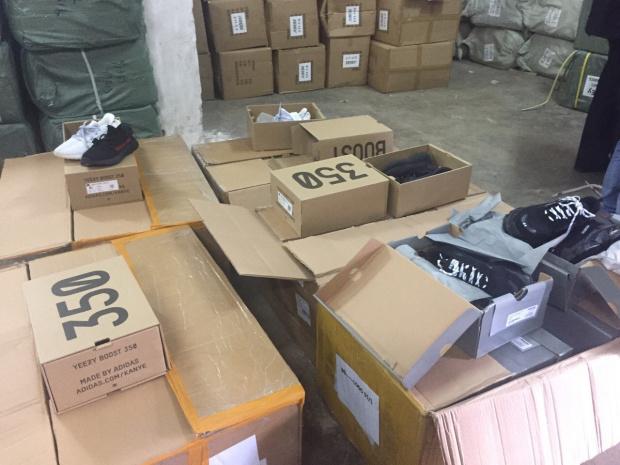 Снимка: Фалшиви стоки за над 4 млн. лева спипаха митнически служители при проверката на пратка от Китай