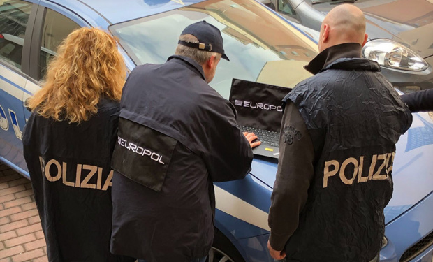 Шестима румънци насилвали сексуално своите деца, за да пращат порното на американци