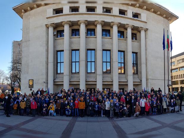 Традицията спазена! Стотици именици се събраха за общ фотос в Бургас, дядо на 101 г. - също