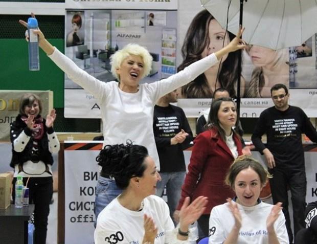 Ваня Иванова, записана в Гинес като най-бърза фризьорка, ще спасява онкоболно момче