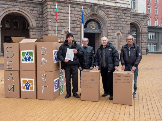 Жителите на предвидените за изселване Бели бряг и Трояново построиха