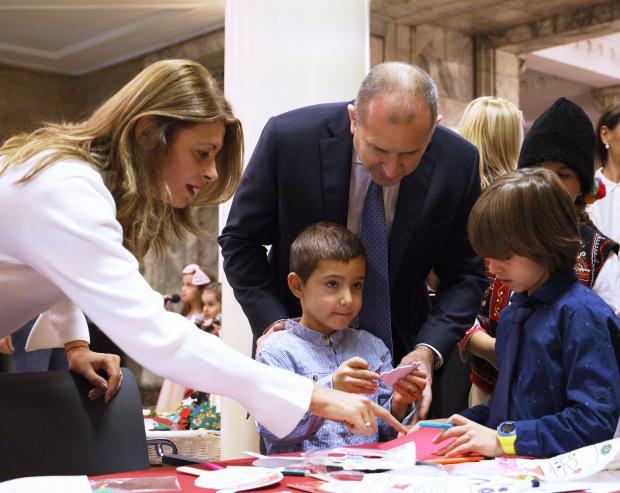 """Радев, неговата съпруга и деца на """"Българската Коледа"""" украсиха елхата в президентството"""