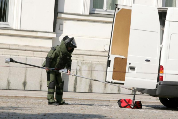 Екип на ДОТИ е взривил сак, намерен безстопанствен на площад