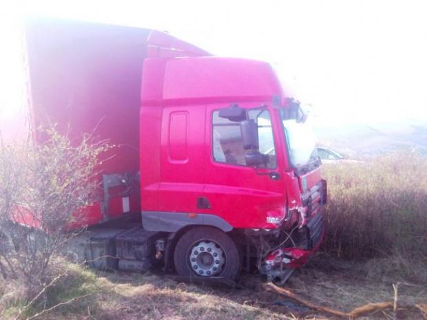 Мъж загина, след като колата му и тир с румънска