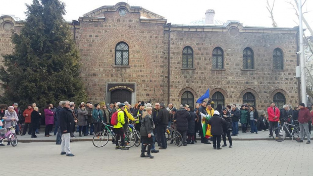 Протест срещу планираното увеличение на данъците за автомобилите тече пред