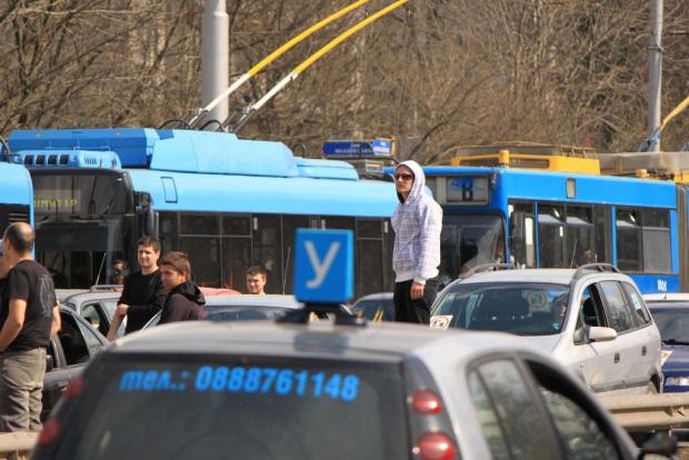 Десетки коли на автоинструктори блокираха жълтите павета