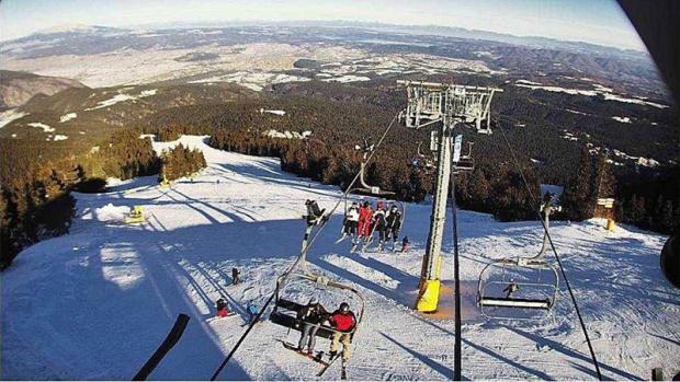 Драма в Боровец! Дете увисна на лифт, на 10 метра от земята