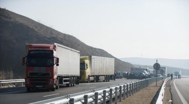 Верижна катастрофа спря движението по автомагистрала