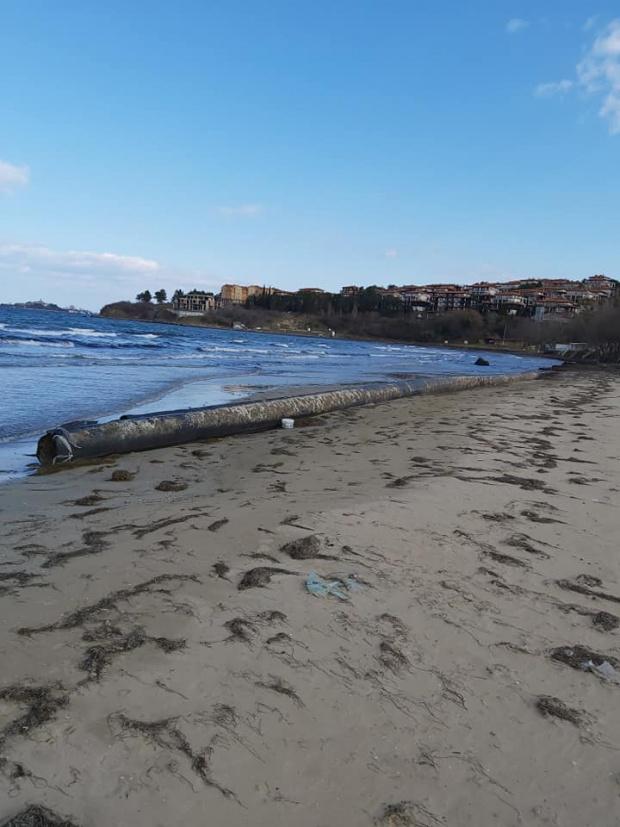 Тръбата от дълбоководното заустване изплува на плаж край Созопол, съобщи