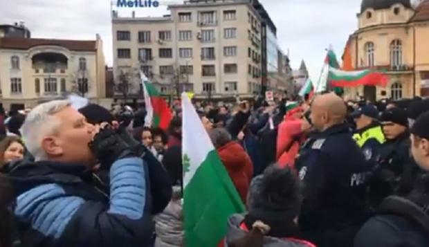 Протест на ресторантьори и хотелиери блокира движението в центъра на