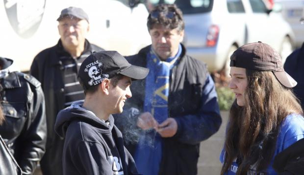 Десетки привърженици на футболния отбор Левски се събраха пред Народното