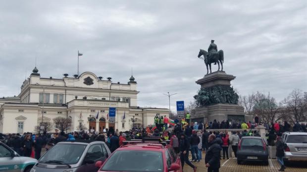 Протестиращи излизат пред парламента с искане за оставка на кабинета