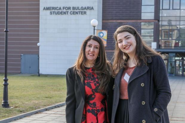 Американският посланик Херо Мустафа изненада като рецитира българска поезия. В