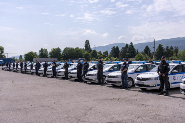 Съставът от 25 служители, оборудвани с пет автомобила има основна