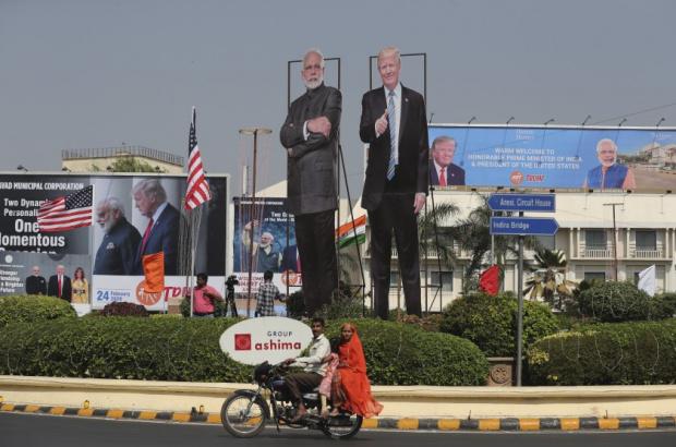 Тръмп бе посрещнат от 100 000 души на стадион в Индия, но се държи хладно