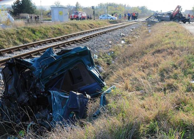 Влак удари автомобил на жп прелез между Трявна и Плачковци.