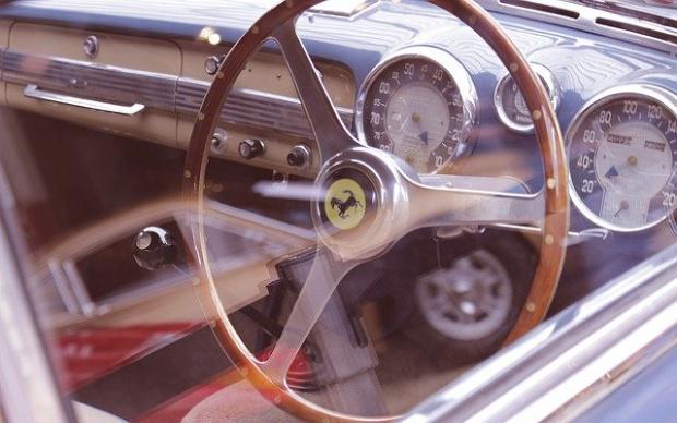 Италианският автомобилостроител Ferrari обяви, че затваря два от своите заводи