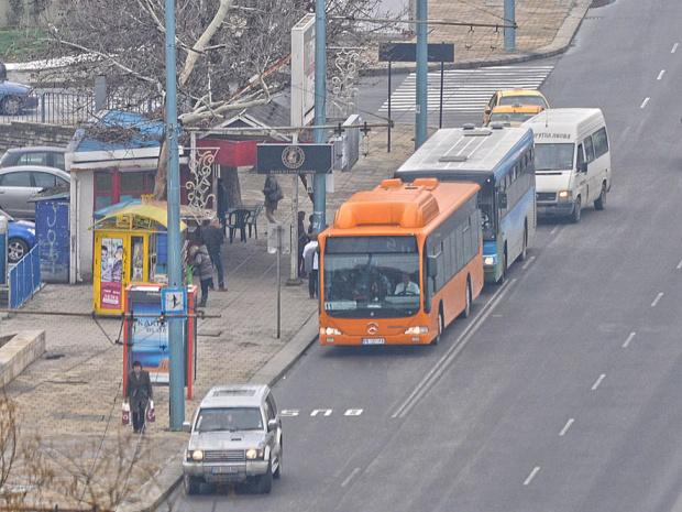 Контрольорите в градския транспорт започват от днес да продават билети