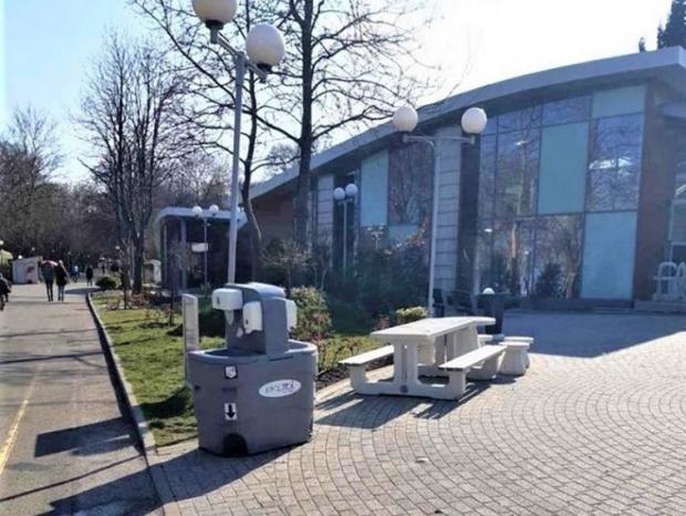 На публични места в Бургас вече са поставени мобилни мивки
