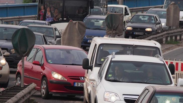 Километрична е опашката от автомобили, бусове и камиони на изхода