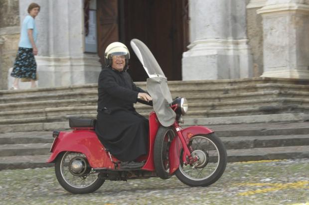 Италиански свещеник почина от коронавирус, след като отстъпи респиратора си