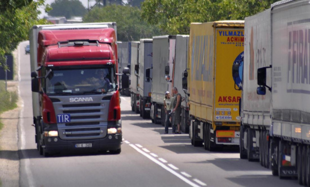 Временно ограниченията за движение на тежкотоварните превозни средства се преустановяват,