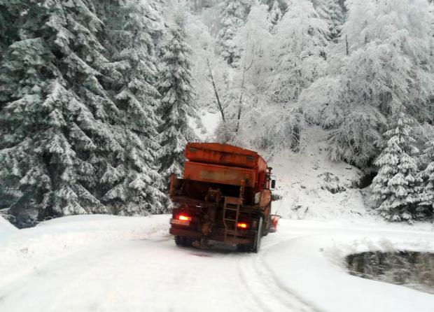 220 машини обработват пътните настилки в районите със снеговалеж. Без