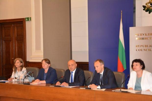 Социалният министър Деница Сачева отговаряна въпроси, поставени отзрители на NOVA.