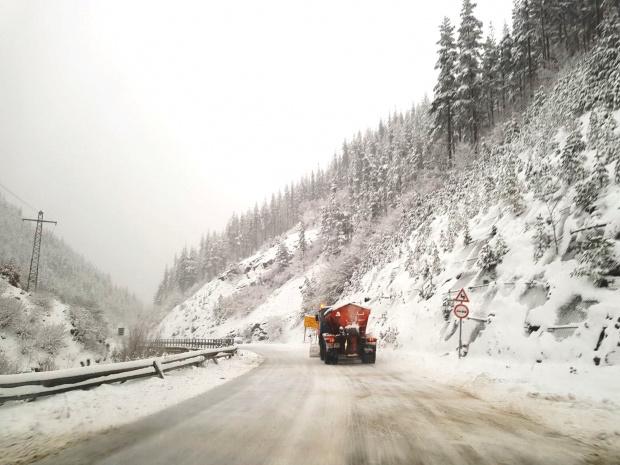 Близо 400 машини обработват пътните настилки в районите със снеговалеж.