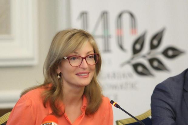 """Външният министър Екатерина Захариева определи """"такса"""" коронавирус, искана от консула"""